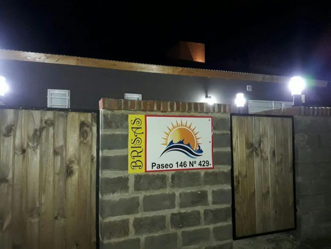 exteriornoche1 Brisas De Gesell Alojamiento en Villa Gesell - Cabañas.com