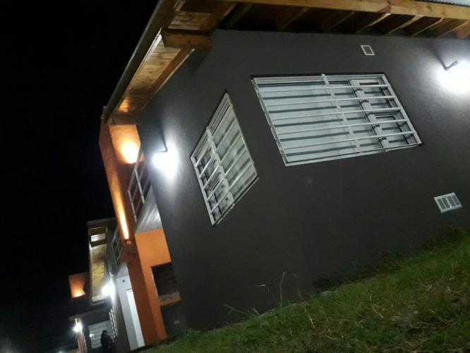 exteriornoche2 Brisas De Gesell Alojamiento en Villa Gesell - Cabañas.com