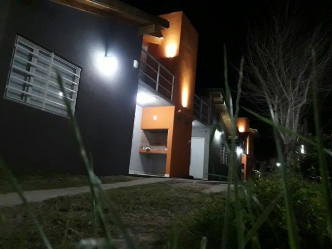 exteriornoche4 Brisas De Gesell Alojamiento en Villa Gesell - Cabañas.com