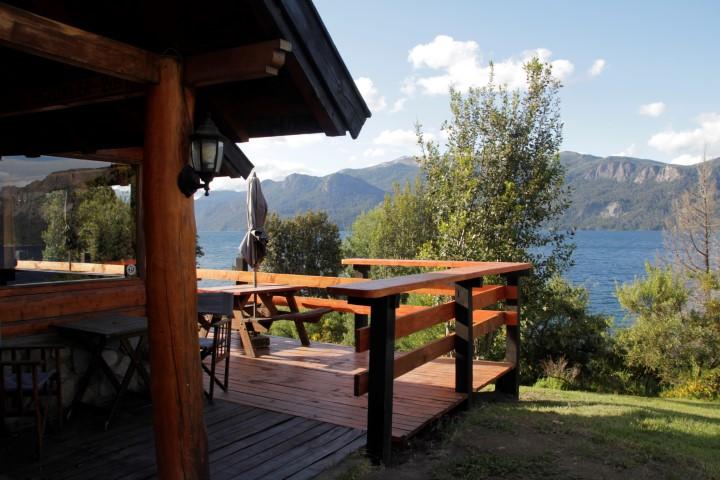 Restaurante terraza sobre el lago traful