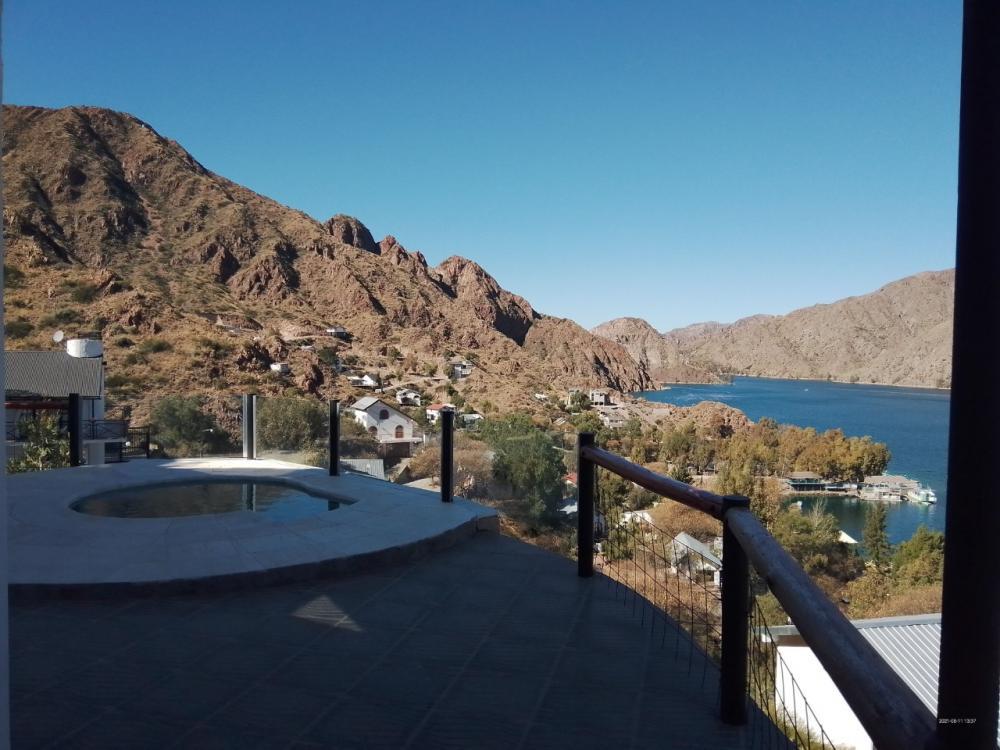 piscina con vista al lago